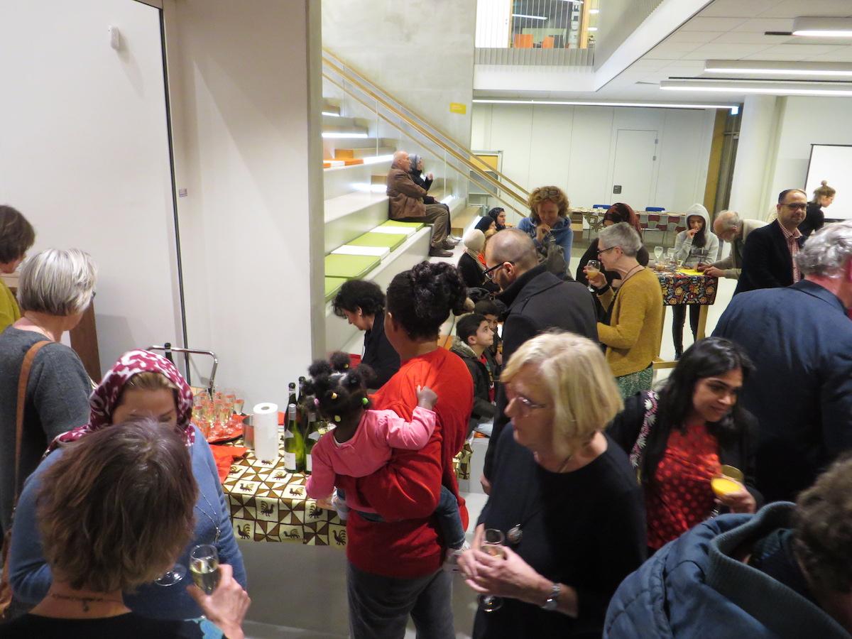 Gezellig samen zijn met hapjes en drankjes in Het Lichtruim tijdens de zilveren jubileum viering van Steunpunt Vluchtelingen De Bilt